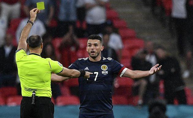 Rozhodčí Antonio Mateu Lahoz ukazuje skotskému reprezentantovi Johnu McGinnovi žlutou kartu v duelu s Anglií na EURO.
