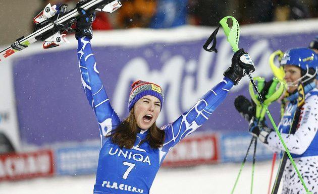 Slovenka Petra Vlhová oslavuje třetí místo ve slalomu SP v rakouském Flachau.