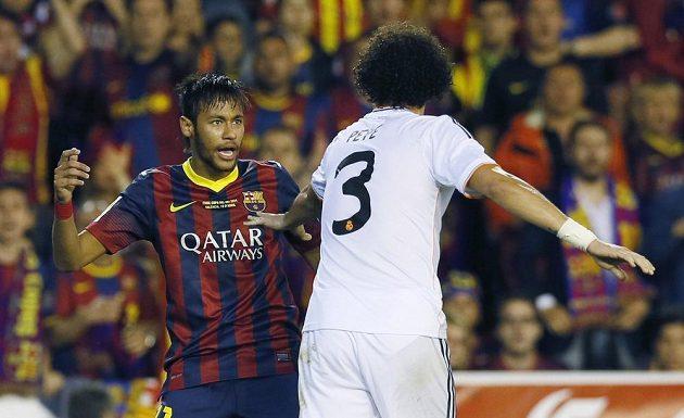 Jedna z mnoha roztržek mezi fotbalisty Barcelony a Realu Madrid - útočník Neymar (vlevo) a obránce Pepe.