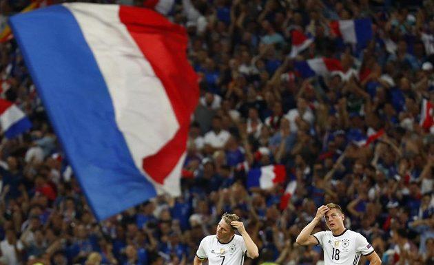 Zklamaní Němci Bastian Schweinsteiger (vlevo) a Toni Kroos.