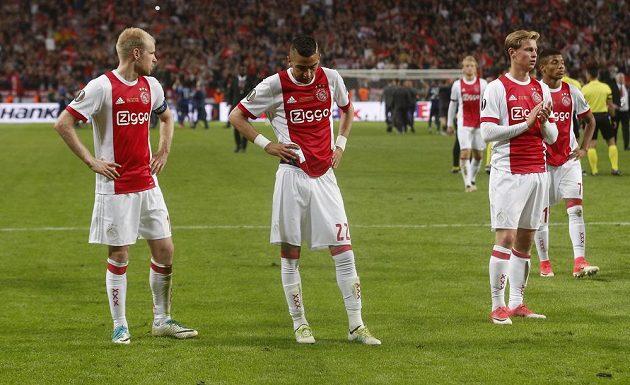 Zklamaní fotbalisté Ajaxu po prohraném finále EL.