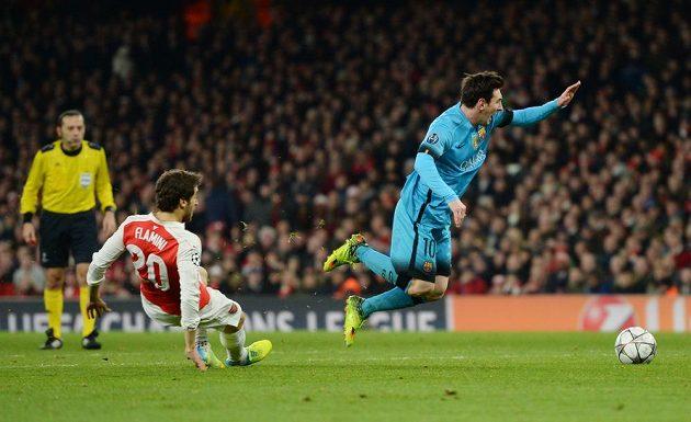 Mathieu Flamini sráží v pokutovém území Lionela Messiho. Penalta!