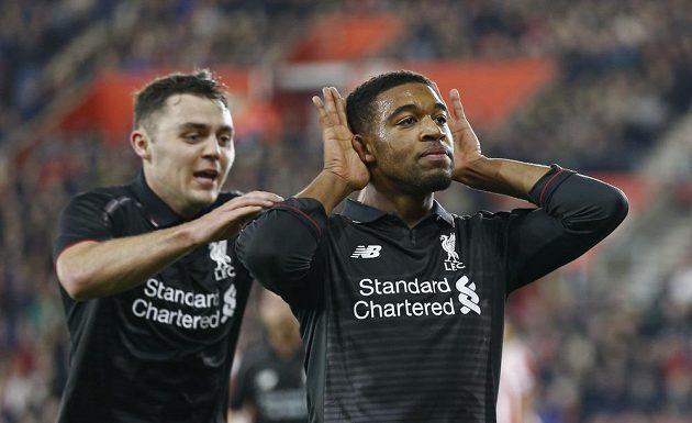 Fotbalisté Liverpoolu slaví gól na hřišti Southamptonu ve čtvrtfinále Ligového poháru. Vpravo je střelec páté branky Jordon Ibe.