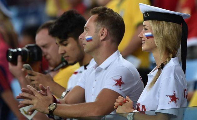 Ruská fanynka v hledišti během utkání s Jižní Koreou.