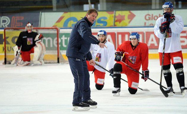 Čeští hokejisté se v Praze připravují na turnaj Channel One Cup. Čtvrtý zprava trenér Alois Hadamczik.