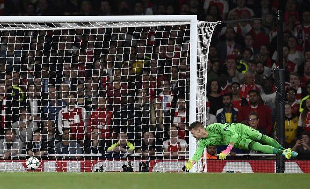 Brankář Basileje Tomáš Vaclík inkasuje gól v zápase s Arsenalem Londýn.