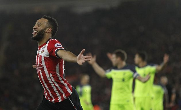 Záložník Southamptonu Nathan Redmond oslavuje gól proti Liverpoolu v úvodním duelu semifinále Ligového poháru.