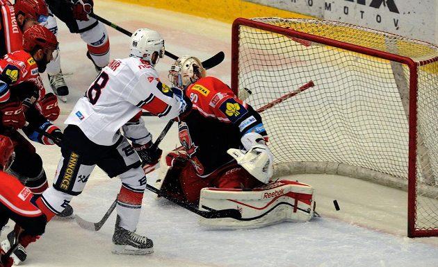 Brankář Hradce Ondřej Kacetl pouští gól v utkání s Chomutovem.