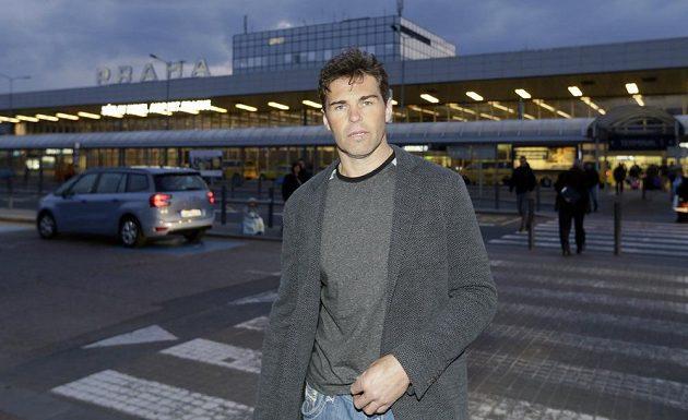 Jaromír Jágr opouští pražské letiště.