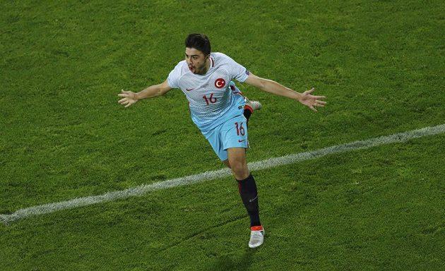 Turecký fotbalista Ozan Tufan se raduje z gólu proti České republice.