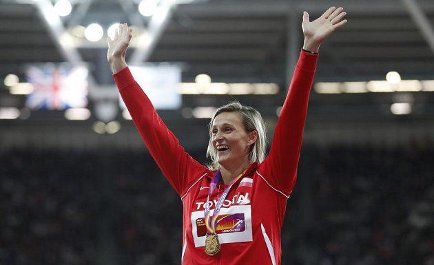 Barbora Špotáková se zlatou medailí na krku.