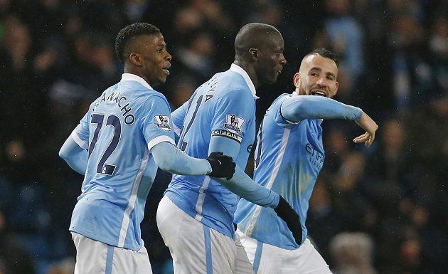 Yaya Touré (uprostřed) se spoluhráči Kelechim Iheanachoem (vlevo) a Nicolasem Otamendim slaví vítěznou trefu proti Swansea.