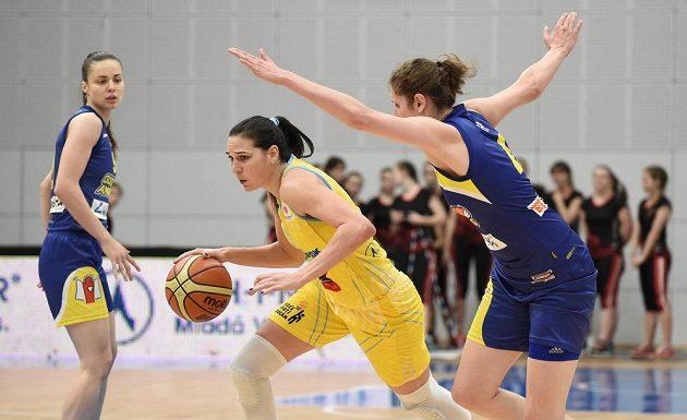 Sonju Petrovičovou z USK Praha (uprostřed) brání Romy Bärová z Košic.