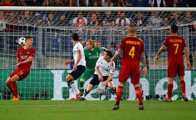 Po tomto závaru se míč odrazil od ramena Jamese Milnera (v pokleku) do brány Liverpoolu. Úplně vlevo stojí Patrik Schick.