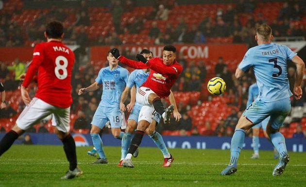 Fotbalista Manchesteru United Jesse Lingard střílí na branku Burnley v Premier League.