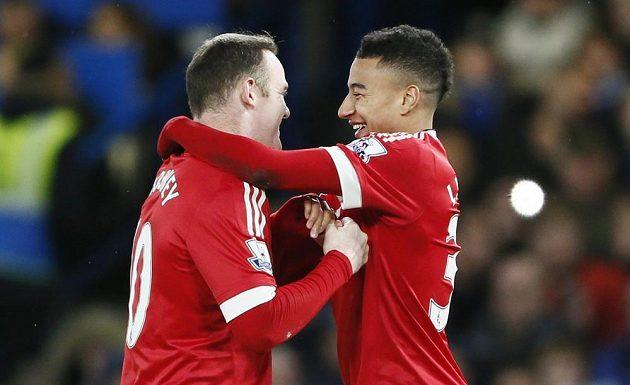 Jesse Lingard a Wayne Rooney oslavují branku do sítě Chelsea.