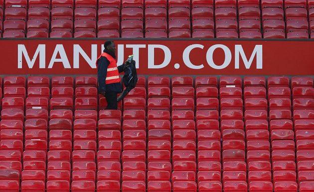 Na Old Trafford našli podezřelý balíček.
