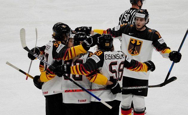 Hokejisté Německa oslavují gól na 1:2 proti Finsku.