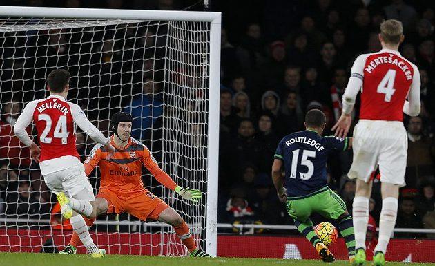 Wayne Routledge (druhý zprava) ze Swansea překonává Petra Čecha v bráně Arsenalu.