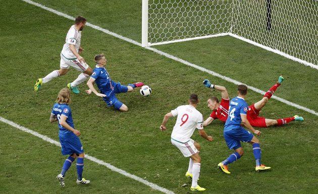 Islanďan Birkir Saevarsson usměrnil míč po maďarském centru do vlastní sítě.