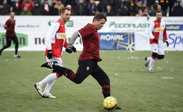 Sparťan Libor Sionko (s míčem) a Slávista Ivo Ulich během tradičního Silvestrovského derby internacionálů.