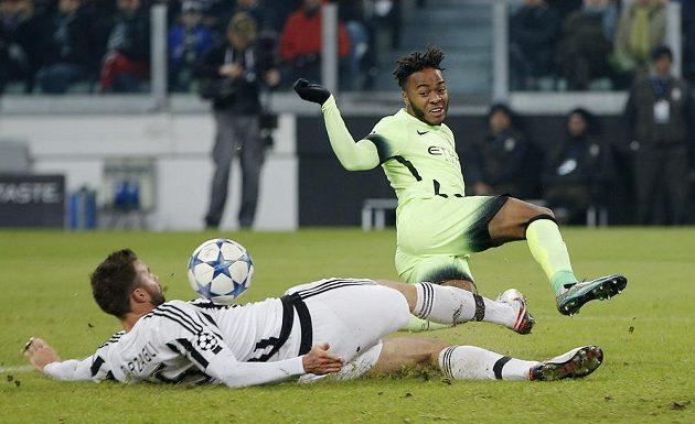 Andrea Barzagli (vlevo) z Juventusu Turín zastavuje Raheema Sterlinga z Manchesteru City.