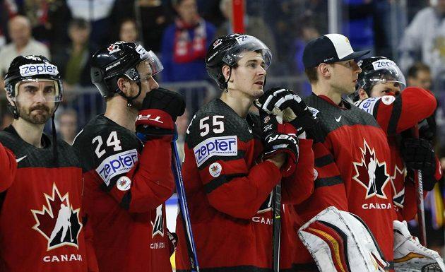 Zklamání ve tvářích hráčů Kanady po finálové prohře se Švédskem.