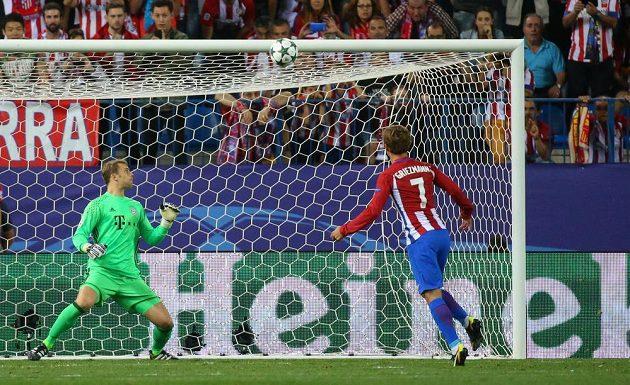 Antoine Griezmann z Atlétika Madrid trefuje z pokutového kopu břevno branky Bayernu, kterou střežil Manuel Neuer.