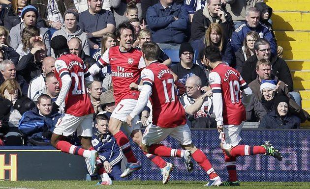 Tomáš Rosický z Arsenalu (druhý zleva) oslavuje se spoluhráči gól do sítě WBA.
