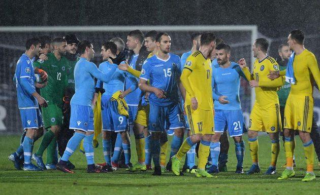 Fotbalisté San Marina (v modrém) se po zápase zdraví se soupeři z Kazachstánu.