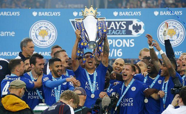 Leicester City, mistři! Leanardo Ulloa s trofejí a spol...