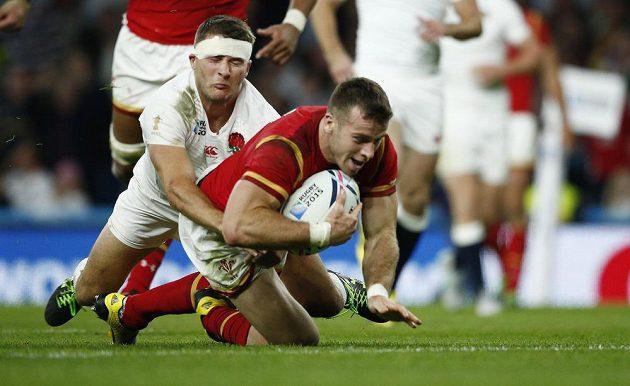 Velšan Gareth Davies (vpravo) skóruje v zápase s Anglií.