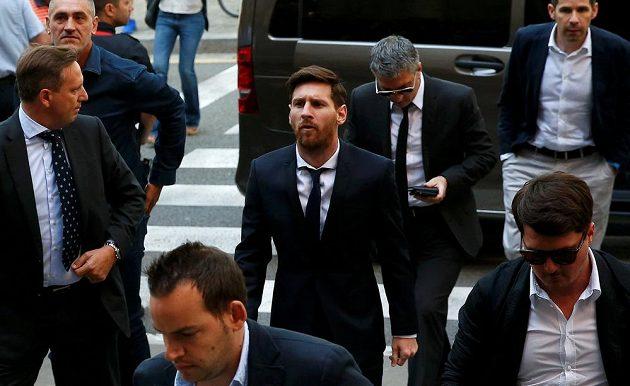 Lionel Messi kráčí k soudu.
