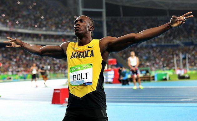 Usain Bolt se po stovce radoval ze zlaté medaile i na dvojnásobné trati.