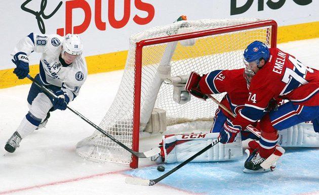 Útočník Tampy Bay Ondřej Palát se snaží překonat gólmana Montrealu Careyho Price.