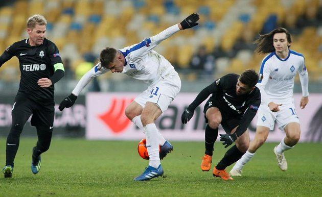 Fotbalista Dynama Kyjev Artem Besedin v obklíčení jabloneckých Tomáše Hübschmana a Davida Hovorky.