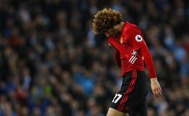 Vyloučený Marouane Fellaini z Manchesteru United opouští hřiště.