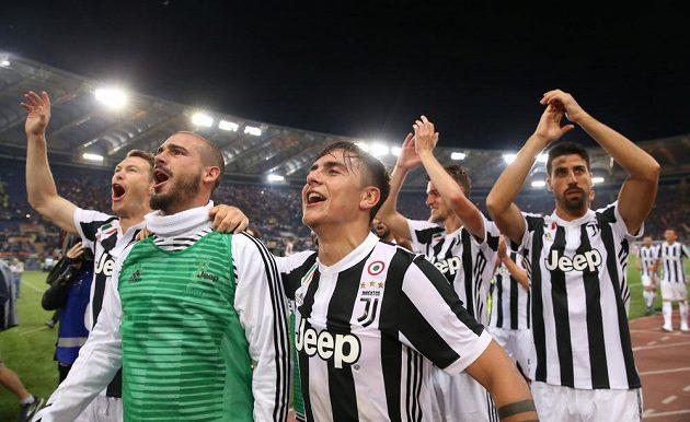 Juventus slaví mistrovský titul, sedmý v řadě. Na snímku Paulo Dybala, Stefano Sturaro a další hráči Staré dámy.