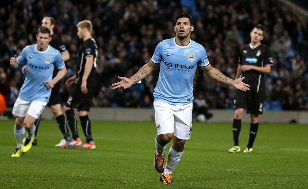 Útočník Manchesteru City Sergio Agüero (druhý zprava) se raduje z gólu proti Plzni.