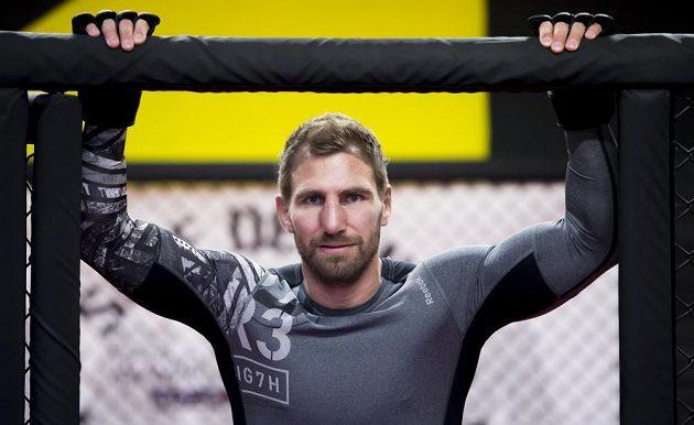 Bojovník MMA André Reinders zná atmosféru v kleci. Nic pro netrénované.