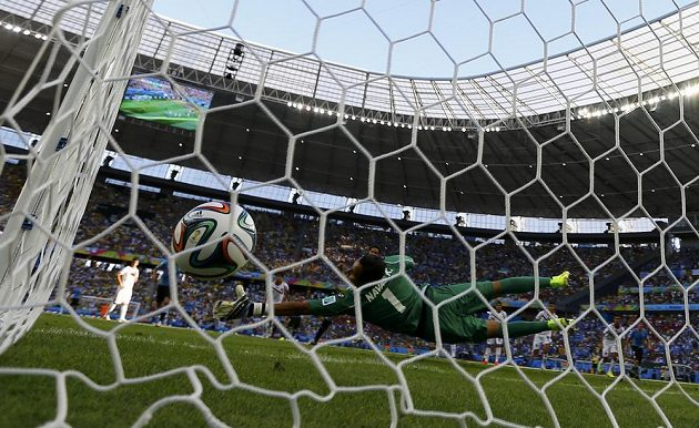 Kostarický gólman Keilor Navas se marně natahuje za pokutovým kopem Edinsona Cavaniho z Uruguaye.