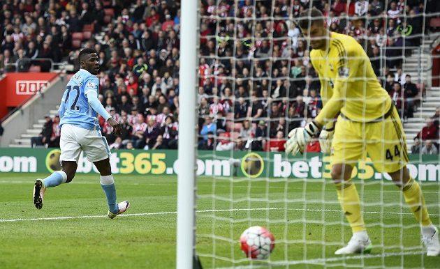 Kelechi Iheanacho z Manchesteru City střílí branku do sítě Southamptonu.