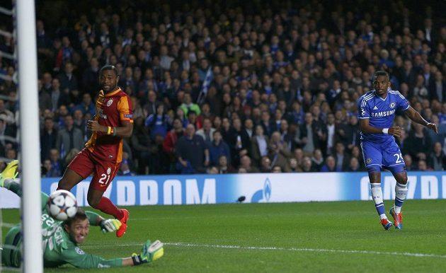 Útočník Chelsea Samuel Eto´o překonává gólmana Galatasaraye Fernanda Musleru.