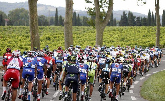 Peloton na trati 16. etapy Tour de France.