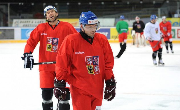 Útočníci Jaroslav Hlinka (vpředu) a Petr Nedvěd během tréninku hokejové reprezentace v holešovické Tipsport areně.