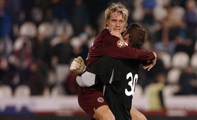 Obránce Sparty Praha Radoslav Kováč (vlevo) a brankář David Bičík oslavují vítězství po derby se Slavií, které se hrálo 14. března 2004 na Strahově.