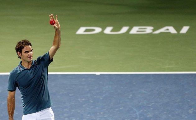 Roger Federer se raduje z postupu do finále na tenisovém turnaji v Dubaji.