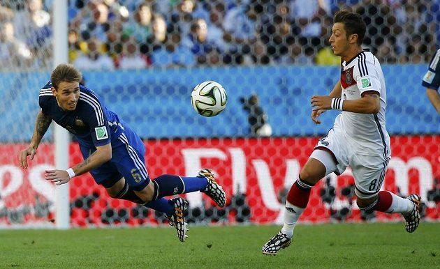 Argentinský záložník Lucas Biglia a Němec Mesut Özil během finále MS.