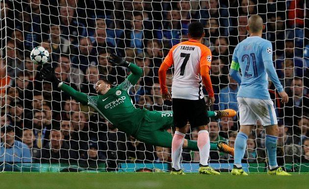 Brankář Manchesteru City Ederson zasahuje.