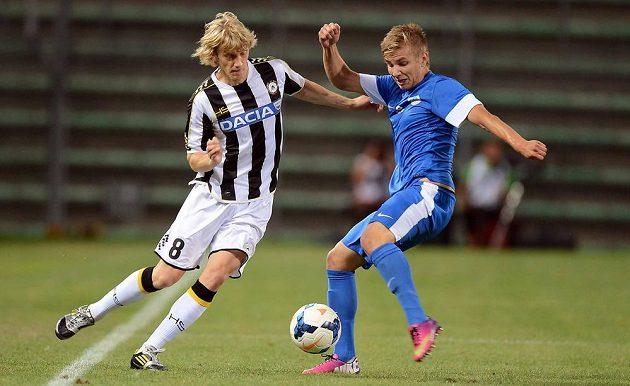 Dusan Basta z Udine (vlevo) se snaží vzít míč Martinu Frýdkovi.